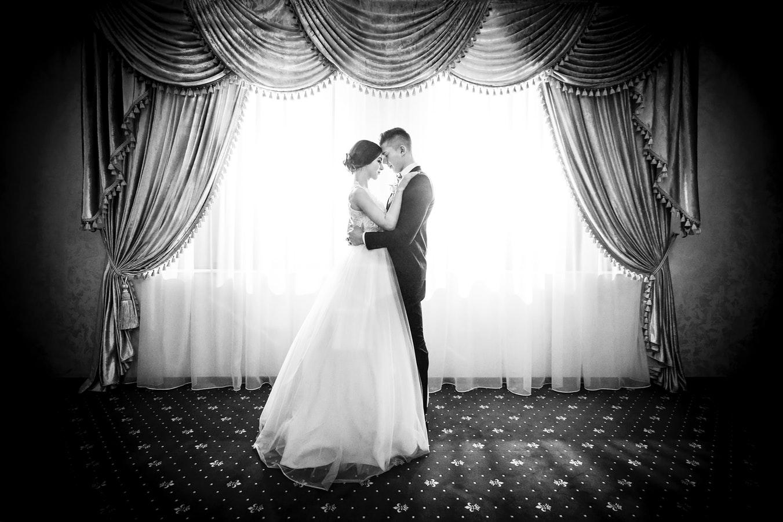 Couple de mariés qui célèbre son mariage dans un château