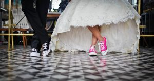 Pieds mariée avec baskets roses