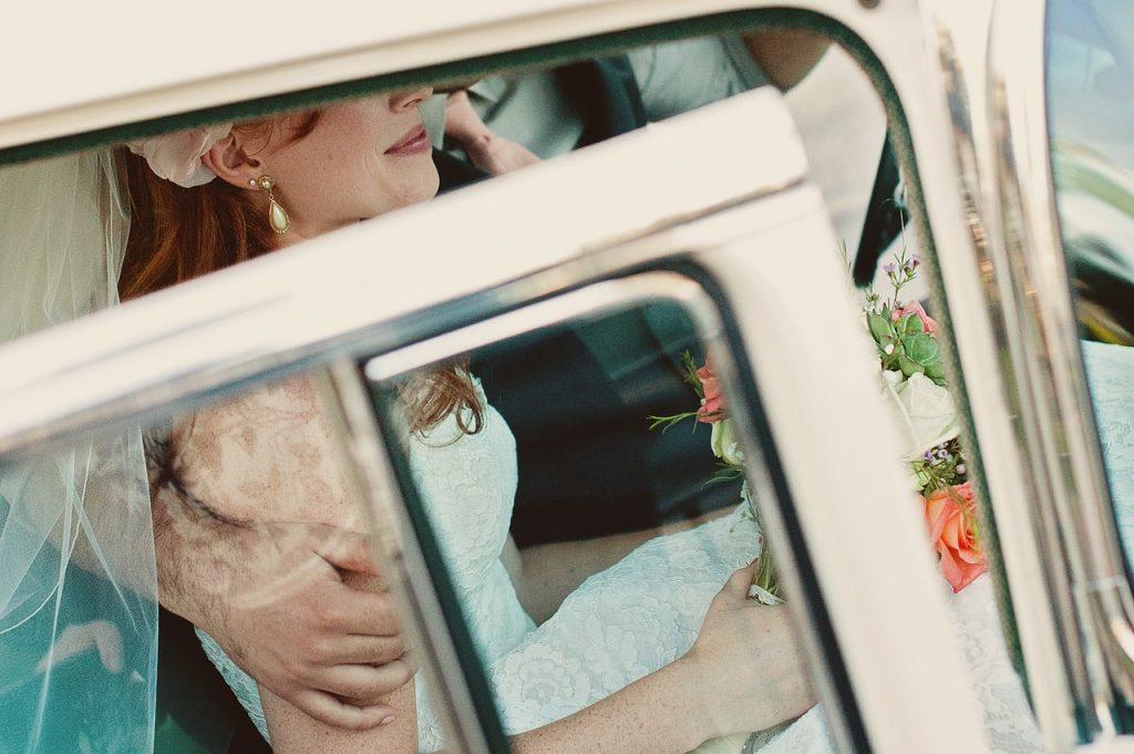 mariés à l'intérieur d'une voiture