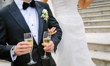 Couple de mariés tenant deux coupes de champagne
