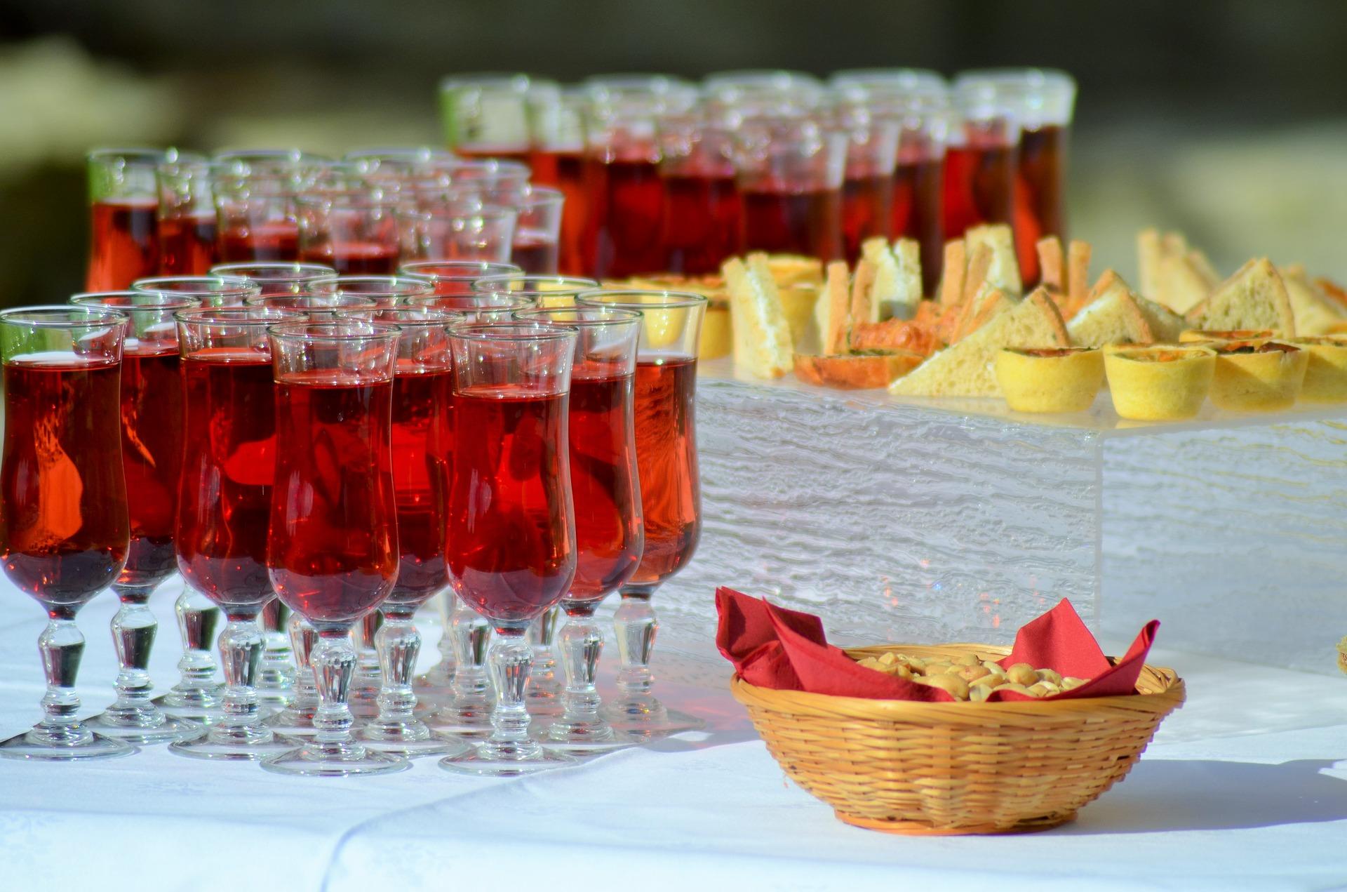 table de vin d'honneur sur laquelle des petits-fours et des cockails sont placés